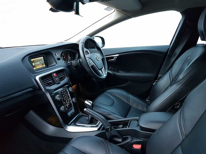 Volvo  D2 Momentum (Full Leather Upholstery, Rear Camera, Digital TFT Dash)